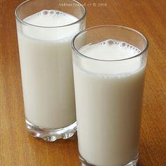 """Vsoučasné doběse mnoho lidí potýká spřekyselenímorganizmu. Proto je vhodné jíst takové potraviny, které kyselost eliminují a napomáhají sudrženímvnitřní acidobazické rovnováhy. Kromě ovoce a zeleniny, znichž většina působí v těle zásaditě, nám může pomoci též""""mléko""""zmandlí."""