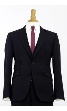 Le Complet Trois Pièces Vendôme de Majesté Couture est un fondamental dans le vestiaire de l'homme contemporain. Ce costume business allie élégance intemporelle