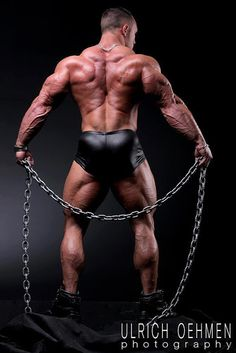 Muscled back with Chain - by Ulrich Oehmen