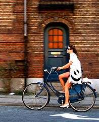 Would love to have one of these ladies dutch bikes  - can ride easily it with heels and a skirt - look like a comfy to ride too. All it needs is some e-power and we're off!