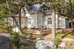 Terassi on valmistettu Siperian lehtikuusesta. Se kestää käsittelemättä sään vaihtelut ja harmaantuu ajan myötä maastoon sopivaksi. Talo maalattiin vihertäväksi alkuperäisen värin mukaan. Seinälaudoitus ja koristelistat kunnostettiin alkuperäisten mukaan mahdollisimman tarkasti.
