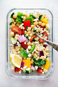 A delicious and healthy Greek couscous salad that everyone will go crazy for! (Meal prep options and tips included) via chelseasmessyapron.com | #healthy #salad #couscous #vegetables #vegetarian #Greek #delicious #easy #kidfriendly #quick #lunch #mealprep #prep #healthy