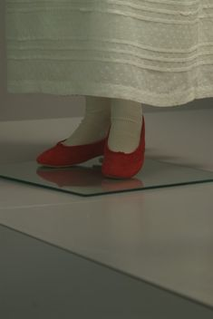 Napoleon : The Empire of Fashion. Red shoes