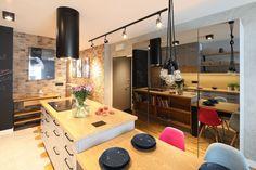 Kuchnia z wyspą - zobacz gotowy projekt wnętrza - Galeria - Dobrzemieszkaj.pl Table, Furniture, Home Decor, Decoration Home, Room Decor, Tables, Home Furnishings, Desks, Arredamento