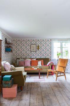 """I vardagsrummet har de satt upp tapeten 'Karlslund Tessin', från Boråstapeter. I stort sett alla rum på torpet har fått någon form av """"makeover"""" sedan Sten och Patrik tog över torpet. I hallen har de målat trägolvet rutigt i en vit och en fint ljusgul nyans. Köksgolvet fick bli vitt, och golvet i vardagsrummet, med de riktigt breda golvplankorna, fick behålla sin trärena yta."""