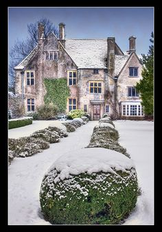 ARCHITECTURE – another great example of beautiful design. Avebury Manor, Wiltshire by Phil Selby, via Flickr