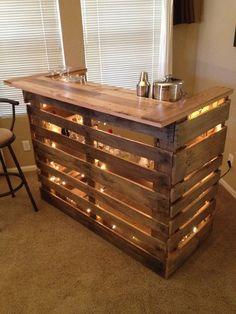 Bar aus Paletten selbst gebaut. Theke mit Beleuchtung aus Paletten als DIY Projekt.: