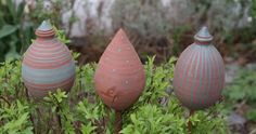 Ich habe eine große Auswahl an Gartenkugeln, Zwiebeln und Spitzen für  Rankstäbe, diese sind mit etwas Stroh auch nutzbar für Insektenhotels.