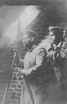 Oberleutnant d.R. Wilhelm Pape und sein Kamerad Hoffmann beobachten die britischen Stellungen an der Front vor Poelcapelle, Feldartillerieregiment 51, Flandern 1914.