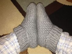 Cuffed Loomed Slippers pattern by Candice Taylor – Giant Knitting Blanket Loom Knitting Blanket, Knitting Loom Socks, Round Loom Knitting, Loom Knitting Stitches, Knifty Knitter, Loom Knitting Projects, Finger Knitting, Arm Knitting, Knitted Blankets