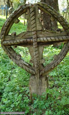 TROITE SI CRUCI VECHI - Google Search Wooden Crosses, Romania, Celtic, To Go, Outdoor Structures, Places, Epoch, Folklore, Funeral