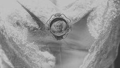 Detalle del broche prendido en el maravilloso vestido de Silvia, creación de Marible de La Unike. Drawing, Painting, Dress, Vintage Borders, Golden Wedding Anniversary, Unique Gifts, The Creation, Pendants, Miniatures