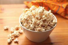 Voici une recette simple mais très bonne. Les doses idéales de sel et de poivre sont propres à chacun qu'il vaut mieux ajouter le sel prudemment au fur et à mesure. Les mini-grains de popcorn comme le popcorn Easy Baby sont parfaits. Ils sont délicats et retiennent mieux les grains de sel et de poivre.
