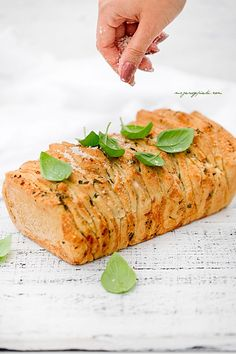 Tear-off bread with herbs, garlic and parmesan cheese Pull Apart Bread, International Recipes, Parmesan, Grilling, Garlic, Bbq, Food And Drink, Herbs, Cheese
