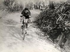 Giro di Lombardia 1926, 31 ottobre. Milano > Milano. Alfredo Binda (1902-1986) in fuga sul Brinzio