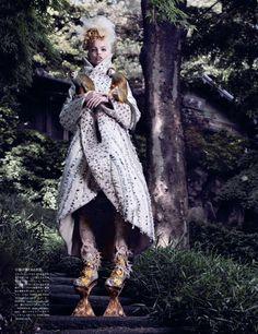 Daphne Groeneveld fotografiada por Mark Segal para el nº de noviembre de 2012 de Vogue Japan