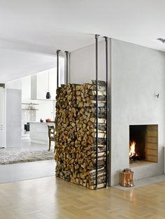 moderne peis, med tøft vedstativ Outdoor Firewood Rack, Firewood Storage, Home Fireplace, Fireplace Design, Wood Holder For Fireplace, Tiny House Big Living, Barn Renovation, Home Design Decor, Home Decor