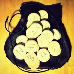 Runes (oak) with leather bag.