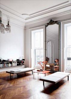 Многоуровневые карнизы в комнате с высоким потолком