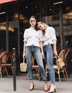 Une blouse blanche avec un jean et un sac en osier.