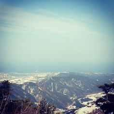 """@Graham Budd's photo: """"I can see my house from up here! #sokcho city from the top of #seoraksan. #view #mountain #park #korea #asia #속조 #한국 #twitter"""""""