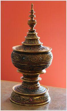Burmese lacquer ceremonial vessel (Hsun-ok)