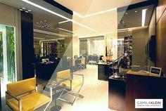 Um office com cara hi-tech: o projeto tem forro com sancas iluminadas, espelhos e marcenaria reta, com acessórios contemporâneos como as cadeiras de pés cromados e luminárias de mesa articuladas. A amplitude deste espaço de trabalho sem divisórias, também quebra a austeridade e a hierarquia típicas do ambiente corporativo. #camilakleinarquiteta #escritório #office #interiordesign #decoração