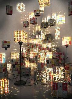 Luminárias feitas com fitas K7.