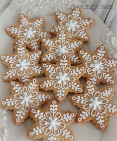 gingerbread snowflake cookies with icing Christmas Biscuits, Christmas Sugar Cookies, Christmas Sweets, Christmas Gingerbread, Christmas Cooking, Noel Christmas, Holiday Cookies, Gingerbread Cookies, Gingerbread Men