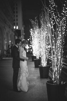 Ideas para usar las series de luces como un elemento clave en tu decoración de bodas.