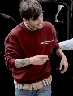 Is it sad that I know his shirt it's from Burberry? Burberry Outfit, Burberry Shirt, One Direction Louis Tomlinson, Louis Tomlinsom, Happy Today, Louis Williams, Larry Stylinson, Liam Payne, Boys Who