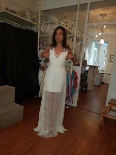 Robe rime Arodaky, forme simple et élégante qui me plaît et me va (hors dentelle par dessus). Le dos est nu.