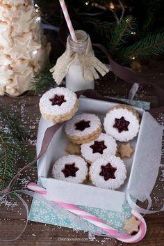 """I Linzer cookies sono la versione mini della classica """"Linzer Torte"""", il dolce austriaco tipico della città di Linz, più antico al mondo. I linzer cookies hanno tutto il sapore della torta classica austriaca ma essendo mono porzionesono perfetti per i regali natalizi, ma anche per San Valentino ba"""