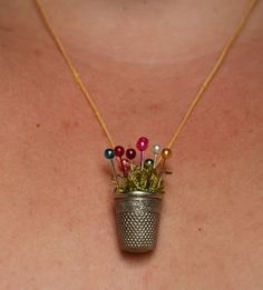 The Wind and The Sail: The Thimble Necklace Tutorial. There are some really neat thimbles out there, tho this one is really nostalgic for me. Tutorial Colar, Necklace Tutorial, Diy Necklace, Necklaces, Diy Tutorial, Flower Necklace, Chain Bracelets, Collar Necklace, Pendant Necklace