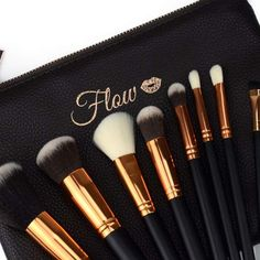 Original Flow Makeup Pinsel Set 8 Teile Rose Gold inkl. Etui schwarz. Qualitäts Makeup von Flow online kaufen ohne Versandkosten. Professionelles Make Up, Eyeliner, Makeup, Beauty, Red, Base Coat, Black Gold, Eyeshadows, Nice Asses