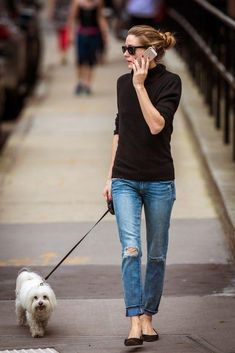 犬の散歩といっても、意外と人に会う機会は多いですよね。 なにも考えずいつも同じ服装…なんてことにならないように、今回は海外セレブの夏らしい涼しげな散歩ファッションを紹介!