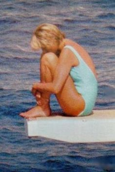 Diana in her last holiday.she was pictured sitting on the diving board of Mohamed Al Fayed's boat Jonikal in August time there was no William and Harry.She looks empty and lonely. In one week she would be gone Princess Diana Pictures, Princess Diana Family, Princess Kate, Princess Of Wales, Lady Diana Spencer, Princesa Diana, Diana Dodi, Kate Middleton, Estilo Real