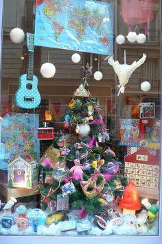 VITRINESAPINGRANDE shop window, mushroom lamp, christmas tree, guitar, toys