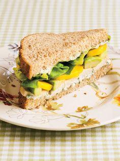 Sandwich au poulet, à la mangue et à l'avocat