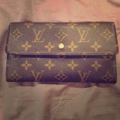 Authentic Louis Vuitton Wallet Stunning classic Louis Vutton Wallet, never used! Authenticity guaranteed or money back! Louis Vuitton Accessories Key & Card Holders