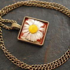 Bijou collier carré 20 mm inclusion fleur