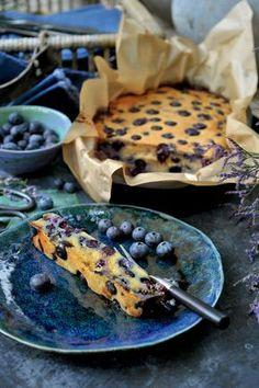 Pascale Naessens recept - Smeuïge cake van blauwe bessen- kan ook met ander fruit: 50 g goede boter 200 g blauwe bessen (zie tip) 80 g amandelmeel (zie tip) 30 g kokosbloesemsuiker (zie tip) 100 g yoghurt (of kokosmelk) 2 eieren