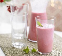 Cranberry & raspberry smoothie - Healthy Recipes 200 ml cranberry juice 175 g frozen raspberries defrosted 100 ml g milk 200 ml natural yogurt 1 tsp sugar combine ~ add fresh mint - drink Healthy Smoothies, Healthy Drinks, Smoothie Recipes, Healthy Recipes, Smoothie Ingredients, Smoothie Drinks, Breakfast Smoothies, Skinny Recipes, Diet Recipes