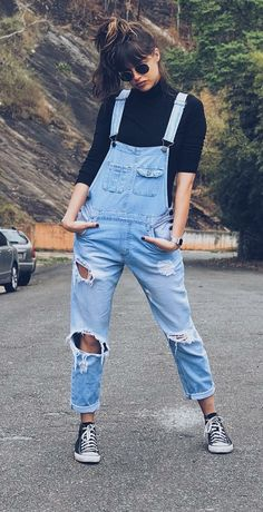 Como dar um toque elegante ao look casual – Guita Moda How to add an elegant touch to the casual look. Black T-shirt Turtleneck Gift Blouse, Destroyed Denim Bib, All Star Black Sneakers … Ripped Jeans Outfit, Denim Outfits, Trendy Outfits, Cute Outfits, Outfits With Overalls, Denim Dungarees Outfit, Hipster Outfits For Women, Hipster Women, Vintage Style Outfits