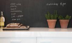 cucina-effeto-lavagna .Parete: le pareti effetto lavagna in cucina, eredità dei ristoranti e dello stile industriale tanto di  moda, sono ormai un must nelle cucine di tendenza. Si possono realizzare anche col fai da te grazie alle speciali vernici oggi in commercio (anche ad effetto magnetico e in più tinte) e si rivelano non solo belle da vedere, ma anche estremamente utili per appunti, liste della spesa, menù settimanali da concordare con la famiglia