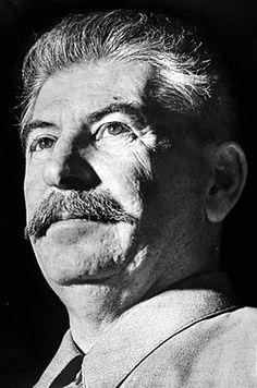 Jozef Stalin was een Russische dictator die de Sovjet-Unie meer dan 20 jaar heeft geregeerd. Rusland was toen erg arm. De bevolking telde ongeveer 130 miljoen mensen. 90 miljoen daarvan waren boeren. Hij was berucht vanwege de grote zuiveringen die hij heeft doorgevoerd die miljoenen mensen het leven hebben gekost.