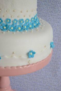 Bolo de decoração delicada com mini flores na cor azul.  By Fina Flor Doces Rio de Janeiro