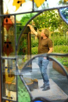 Glas-in-lood kunstenaar Gertjan van Beijnum.  Foto: Nederlands Bridge Museum