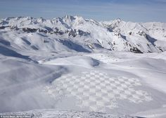 Here's what British artist Simon Beck created by walking more than 10 hours on the snow! The symmetry is amazing!
