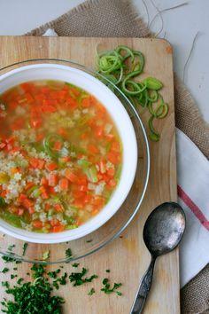 Frisches Suppengemüse, starke Brühe und Sternchennudeln - Sternchensuppe ist günstig, im Handumdrehen fertig und schmeckt tausend mal besser als die Suppe aus der Tüte.